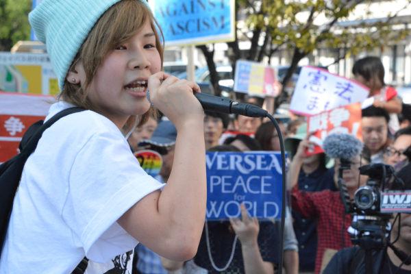 「戦争法、どえりゃあ反対」。名古屋弁のコールが秋空に響いた。=27日、名古屋駅西口 写真:筆者=