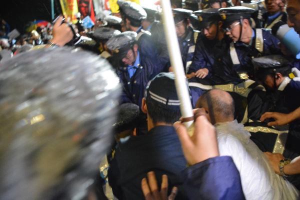 警察は狙いをつけると総がかりで襲いかかり、身柄を確保していった。=16日夜、国会正門前 写真:筆者=