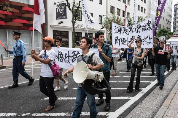 集団的自衛権なんぞなくても自分の国は自分で守る。デモ行進する民族派。=6日、渋谷区宮下公園近く 写真:島崎ろでぃ=