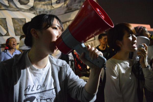 安保法案の成立直前、女性は目を潤ませながら「憲法違反」をコールした。=19日午前2時14分 写真:筆者=