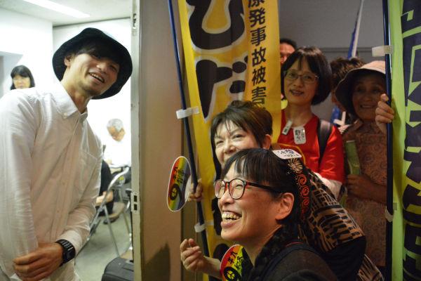 反戦と反原発が顔を合わせた。SEALDsの奥田愛基さんと福島の女性たち。=23日、代々木公園 写真:筆者=