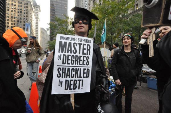 「奨学金の債務で身動きが取れない」。大学院生は窮状を訴えていた。=2011年11月、ウォール街 写真:筆者=