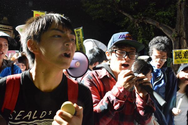 香港の革命は高校生リーダーのジョシュア・ウォン(当時17歳)が引っ張った。日本の反安保でも高校生が活躍した。=17日、国会正門前 写真:筆者=