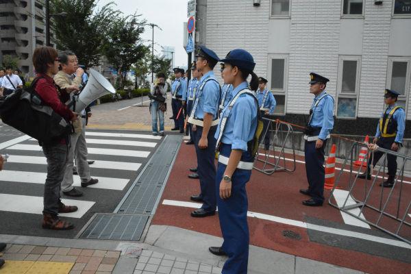 数十m先にいると見られる安倍首相に向けて「辞任せよ」などと訴えた。=6日、渋谷区富ヶ谷 写真:筆者=
