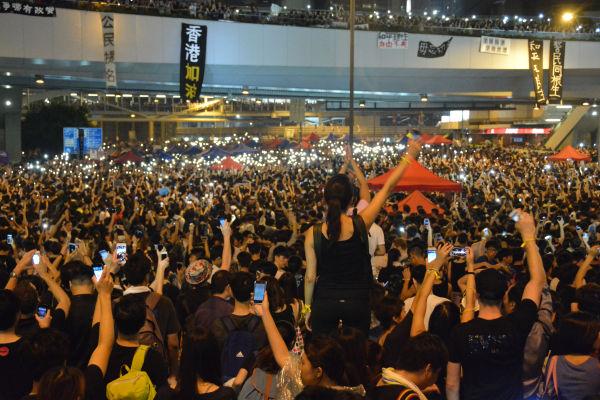 人々が政府本部庁舎前を占拠し、夜ともなればスマホのライトが光の海となった。=昨年9月、香港 写真:筆者=