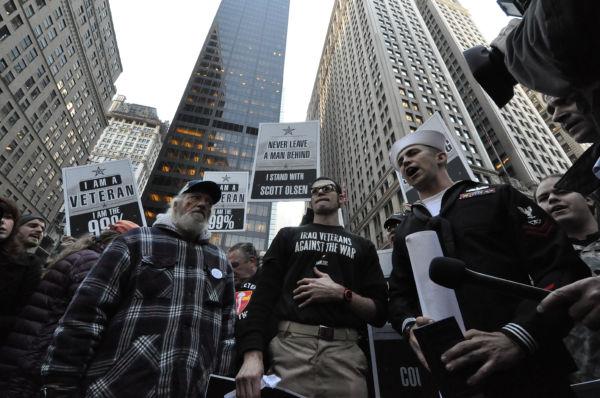 ウォール街に集結した元海兵隊員と元アーミー。「我々イラク帰還兵は戦争に反対する」。Tシャツには強いメッセージが。=2011年11月、ズコッティパーク前 写真:筆者=