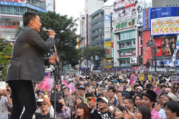 山本議員は挨拶がわりに「強行採決を生中継するようNHKに電話、ファックス、メールで要望して下さい」と呼びかけた。=13日、渋谷 写真:筆者=