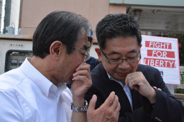 小池晃副委員長(共産、右側)と近藤昭一議員(民主)。「民共合作?」に向けた秘策を練っているのだろうか。=27日、名古屋駅西口 写真:筆者=