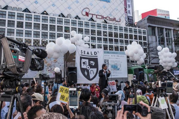 この日は5野党がSEALDsの集会に馳せ参じた。影響力は計り知れないものがある。スピーチするのは生活の党の玉城デニー幹事長。=18日、渋谷 写真:島崎ろでぃ=