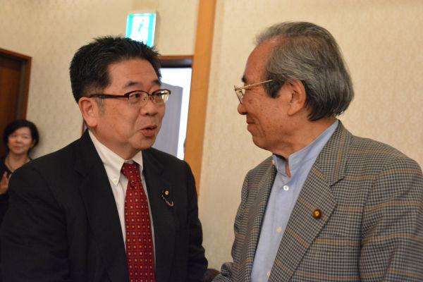小池・共産党副委員長(左)と二見・元公明党副委員長。かつての仏敵と政敵が手を組んだ。=8日、憲政記念館 写真:筆者=
