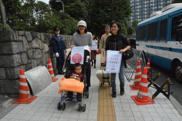 母親たちは、ものものしい警備の自民党本部を訪れた。=23日、永田町 写真:筆者=