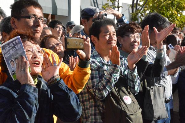叩きつけるような橋下代表の「自・公・民・共」批判に聴衆は沸いた。=25日、豊中市 写真:筆者=