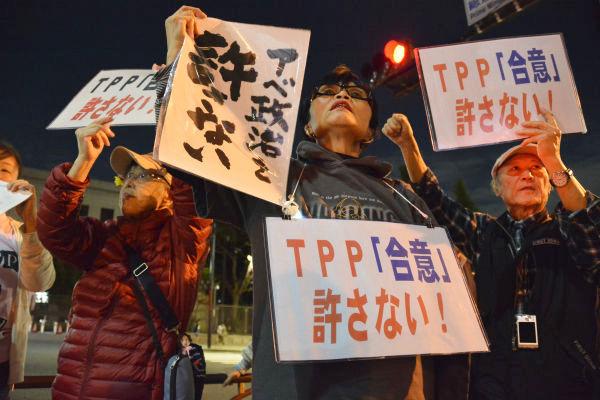 食の安全、医療など身近な生活が危うくなる。危機感を抱く市民たちが早速「TPP合意反対」の声をあげた。=6日夕、首相官邸前 写真:筆者=
