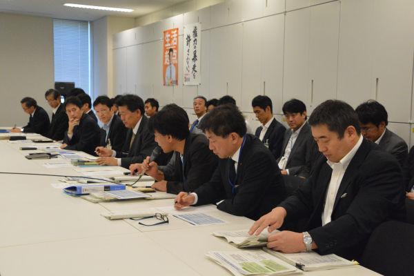 内閣官房と9省庁から官僚21人が出席した。官僚特有のマイクの押し付け合いもなかった。TPPはシナリオができているのだろう。=28日、民主党政調会議室 写真:筆者=