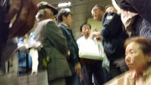 「写真を撮ったでしょ?」と嫌疑をかけられ、荷物を調べられる傍聴者。=26日、東京高裁 写真提供:ふくちゃん=
