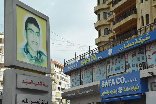 シリアで戦死した兵士の写真。きょうはヒズボラから許可が出なかったため、車中からの隠し撮りとなった。=29日、ブルジュ・ブラージュ 写真:筆者=