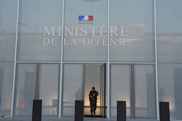 フランス国防省。軍事施設に許可なくカメラを向けてはならないのは常識だ。撮影画像を消去させられたが、バックアップを残していた。=24日、パリ市内 写真:筆者=