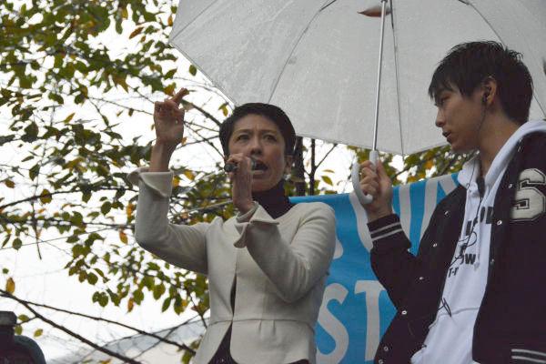 民主党の蓮舫代表代行がSEALDs主催の新宿集会(9月6日)に登壇した時も雨だった。= 8日、宮下公園 写真:筆者