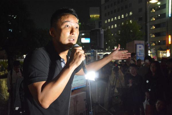 「この国に未来はありますか?ありません」。山本議員は日本政治の本質に迫った。= 9日夕、名古屋駅前 写真:筆者=