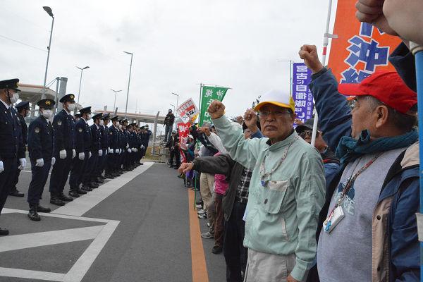 警察と対峙する基地建設反対派住民。この頃は沖縄県警だった。=2月、キャンプシュワブ・ゲート前 写真:筆者=