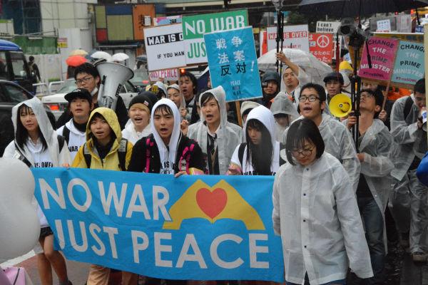 「戦争反対」デモ集会の日は呪われたように雨が降る。高校生たちを悲愴な決意に追い込んだ責任は大人たちにある。= 8日、渋谷 写真:筆者 =