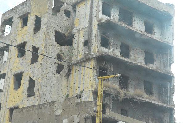 イスラエルとの戦争(2006年)で破壊されたビル。12日のテロではない。=29日、ベイルート市内 写真:筆者=