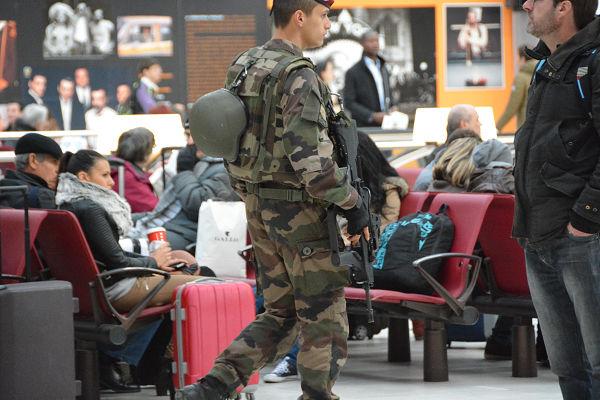 ISへの攻撃を本格化させれば、フランス国内で警戒にあたる兵士の数も増やさなければならなくなる。=21日、パリ・リヨン駅 写真:筆者=