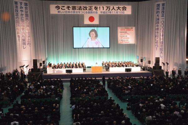 満席の会場で「改憲の機は熟した」とぶち上げる櫻井よしこ氏。= 10日、日本武道館 写真:筆者=
