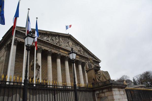フランス国民議会(日本の衆院に相当)の議事堂。議会は現在、会期中だ。=パリ市内 写真:筆者=