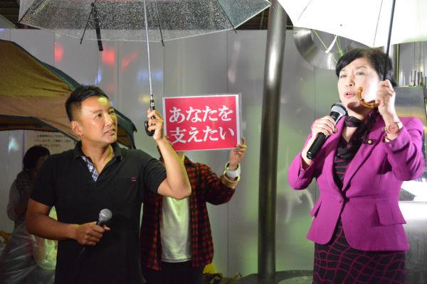 名古屋の講演会場に向かっていた福島みずほ議員(社民党副党首)が飛び入りで応援演説した。= 9日夕、名古屋駅前 写真:筆者=