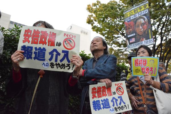 「安倍さまのNHK」に抗議する参加者は長蛇の列となった。籾井会長がこの光景を見たら何と思うだろうか? =7日、NHK西口玄関前 写真:筆者=