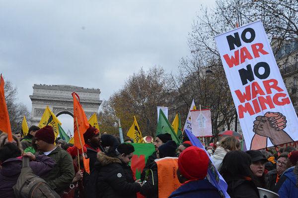 中南米系、欧米系、アジア人、アメリカ・インディアン…あらゆる人種が参加していた。環境問題と戦争の脅威が世界に拡がっていることの表れだ。=12日、パリ大軍団通り 写真:筆者=