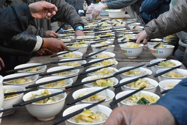 雑炊の他に差し入れの弁当や おにぎり も振る舞われた。=31日、渋谷区役所仮庁舎前 撮影:筆者=