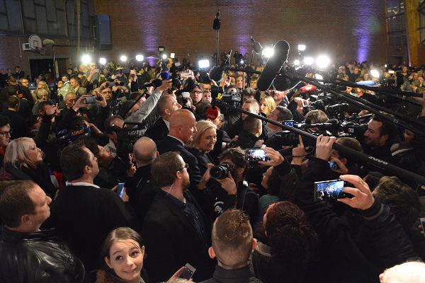 報道陣に囲まれるルペン党首。写真中央。骨がきしむような押し合いで殺気立っていた。=13日、リール 撮影:筆者=