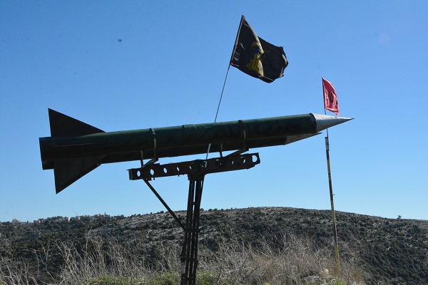 ヒズボラの支配地域だけあってミサイル(模型)がイスラエルを向いていた。=6日、南レバノン 写真:筆者=