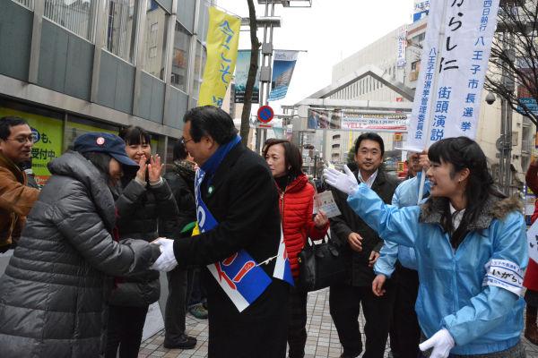 地元商店街を練り歩く五十嵐候補。道行く人が気軽に握手を求めてくる。ありがちな仕込みではない。=17日、八王子市内 撮影:筆者=