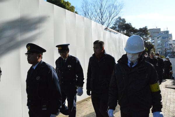 強制排除に向けて警察官、ガードマン、JSC職員が大量投入された。=27日、明治公園 撮影:筆者=