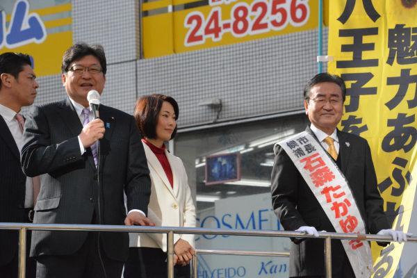 萩生田光一・官房副長官(左)と丸川珠代・環境相。2人とも余裕たっぷりの演説だった。=17日、JR八王子北口 撮影:筆者=