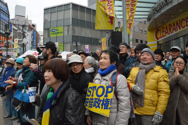 民主党が野党陣営に加わらないことに失望する有権者は少なくない。=17日、JR八王子駅前 撮影:筆者=