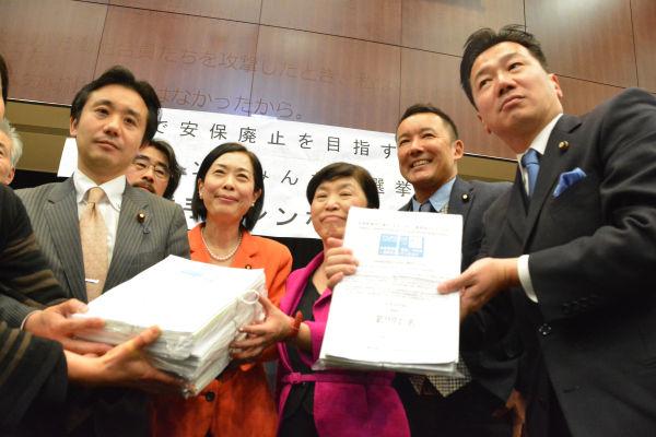 野党共闘を求める市民の署名8,975筆が議員たちに手渡された。ブーイングを浴びた民主党の福山議員(右端)は憮然とした表情だった。=22日、参院会館講堂 撮影:筆者=