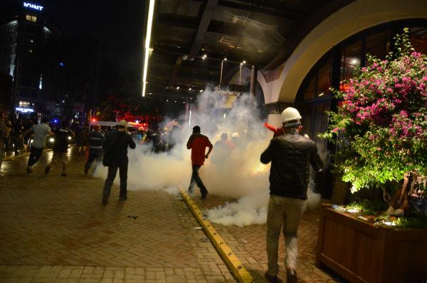 エルドアン独裁に抗議するデモ。機動隊が放つ催涙ガスで目をやられた時、トルコの青年が「私は日本人が好きだから」と言ってレモン水で田中の目を洗浄してくれた。=2013年、イスタンブール 撮影:筆者=