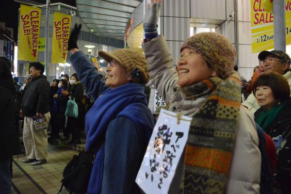 「アベ政治を許さない」を合言葉に五十嵐候補を支援する有権者は結集した。=23日、JR八王子駅北口 撮影:筆者=