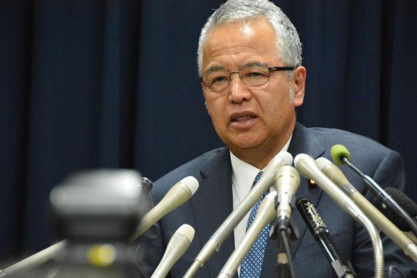 辞任を表明する甘利大臣。秘書に責任をおっかぶせるお定まりの弁明会見だった。=28日夕、内閣府 撮影:筆者=