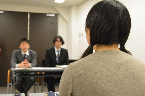 「通知を作るにあたって高校生の声を聴いたのか?」。女子高校生は文科官僚に迫った。=24日、文科省 撮影:筆者=