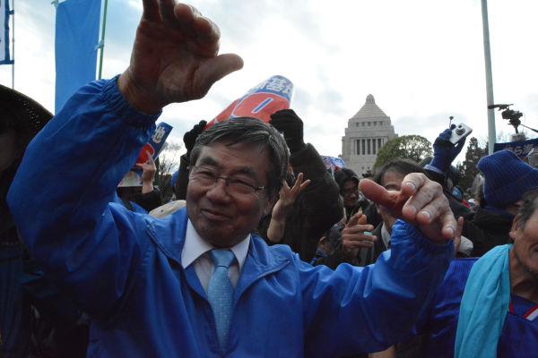 永田町でカチャーシーを披露する稲嶺・名護市長。「参加者たちとつながった」と嬉しそうに語った。=21日、国会議事堂正門前 撮影:筆者=