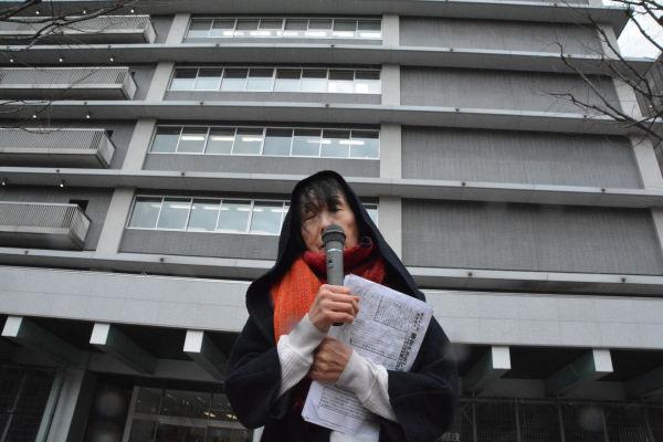 控訴人の女性(70歳)は栃木県内の郵便局に勤務していた。「人間として扱われたい」と話す。=15日、日本郵政本社前 撮影:筆者=