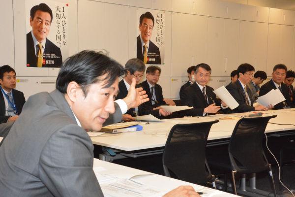 薬害を経験した川田龍平議員は米医療業界と厚労省の本質を見抜いていた。「日本国民からいくらでも吸い上げて(米国が)儲かればいい」。=17日、民主党政調会議室 撮影:筆者=