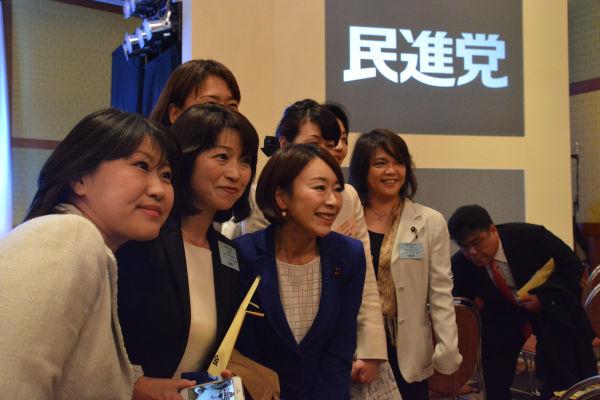 女性地方議員や立候補予定者は こぞって 山尾志桜里政調会長と写真に納まろうとした。=27日、都内 撮影:筆者=