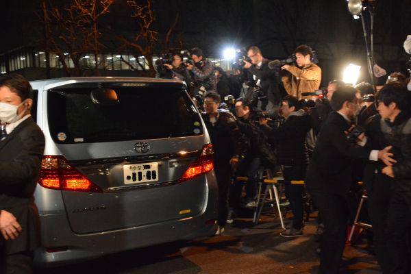 清原被告を乗せた車に群がる取材陣。マスコミは権力の思うままにスピンコントロールできる有難い存在だ。=17日午後6時52分、警視庁前 撮影:筆者=