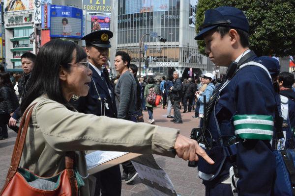 署名集めにストップをかけられた女性は激しく抗議したが、会場を離れざるを得なかった。=20日、ハチ公前広場 撮影:筆者=